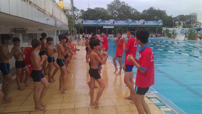 Tập cổ tay trước khi xuống bơi