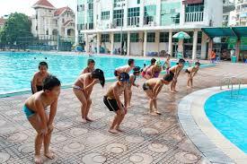 Tập luyện cổ chân trước khi xuống bơi tránh chuột rút