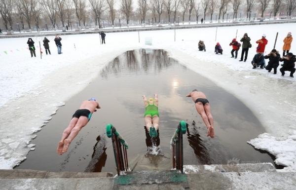 Bơi trong nước lạnh là hoạt động khá phổ biến tại Châu Âu