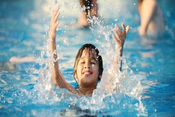 Lợi ích tuyệt vời khi bơi trong nước lạnh