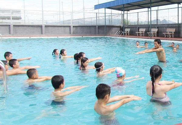 Nên lựa chọn trung tâm dạy bơi uy tín để học các kỹ năng đúng chuẩn