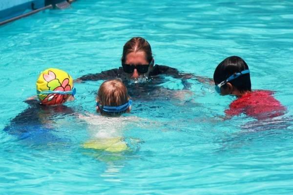 Nên luyện tập các bước bơi lội cơ bản