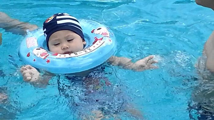 Mối nguy hiểm tiềm tàng từ việc dùng phao cổ cho bé tập bơi
