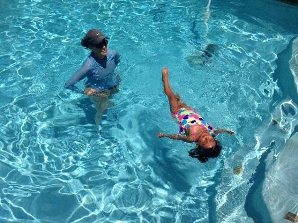 Hướng dẫn bé tập nổi trên mặt nước