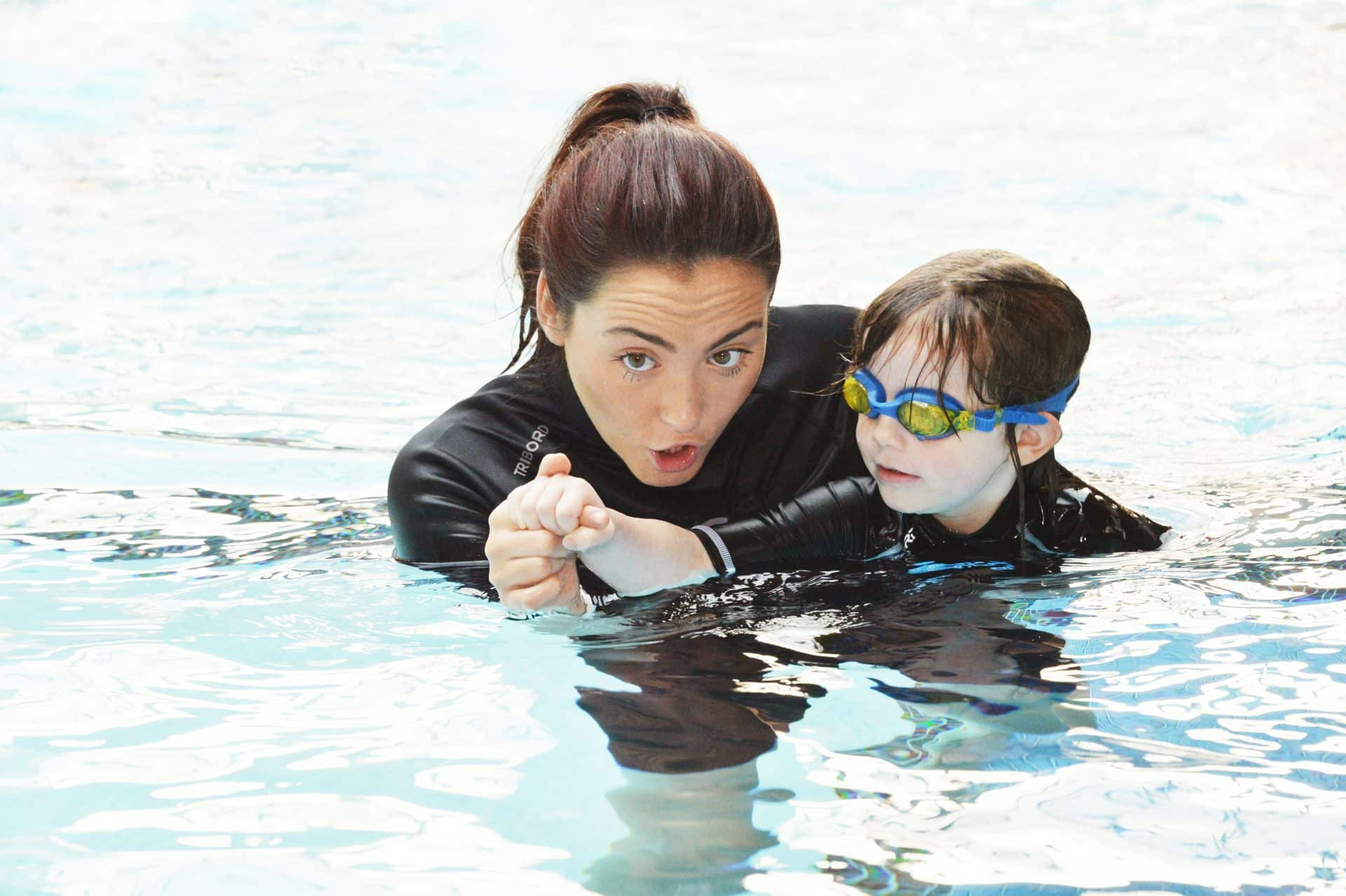 cô dạy bơi