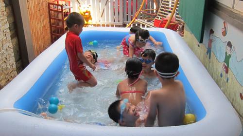 Học bơi trên cạn cùng con