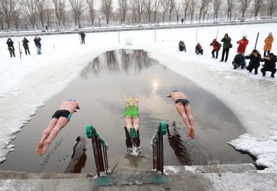 Bơi trong nước lạnh vào mùa đông nên hay không