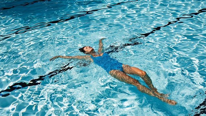Hướng dẫn các cách nổi ngửa trên mặt nước trong bơi lội