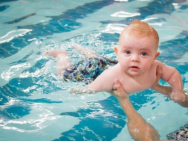 Để trẻ tập bơi cảm thấy hứng thú hơn