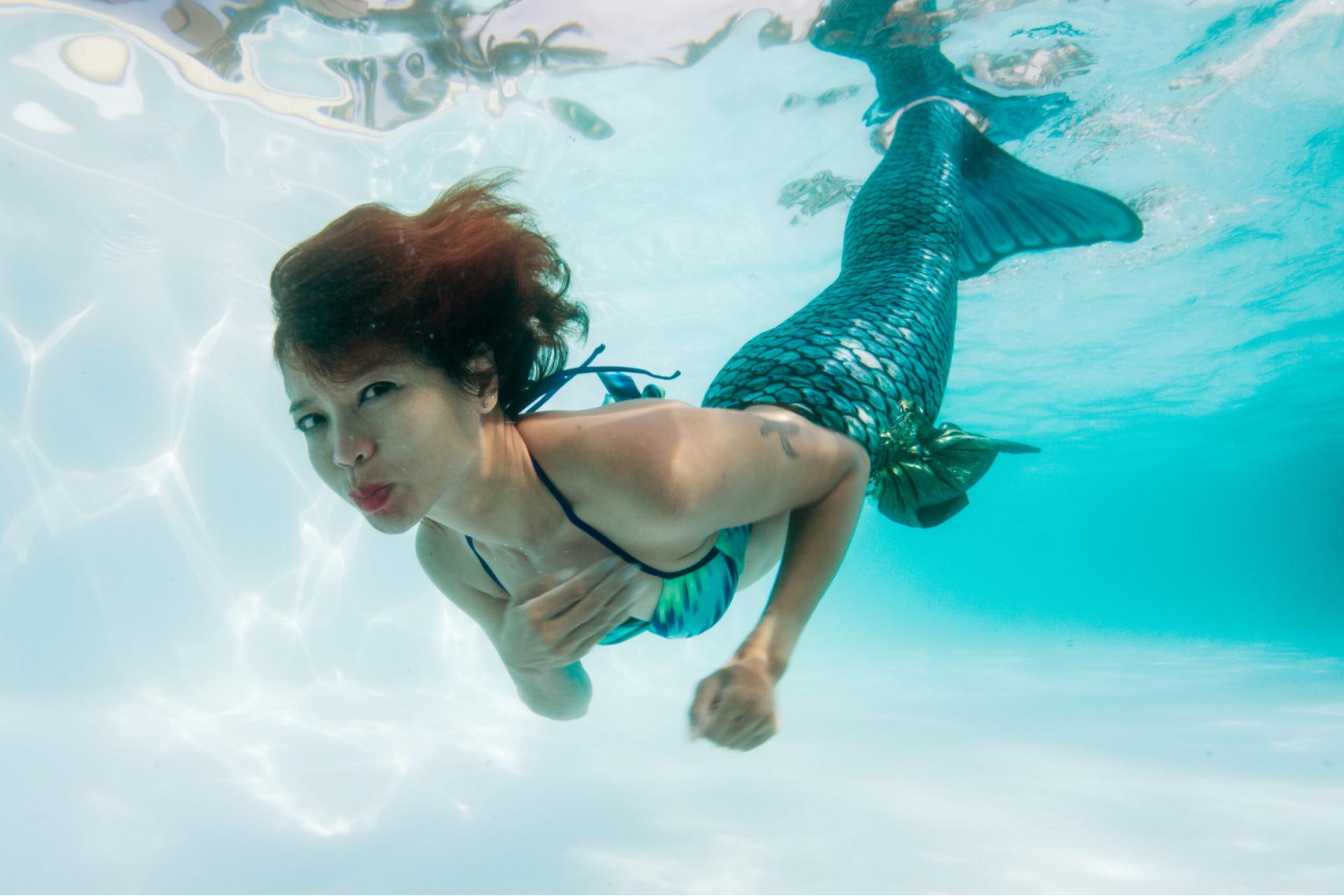 Khi bơi mở mắt dưới nước có sao không?