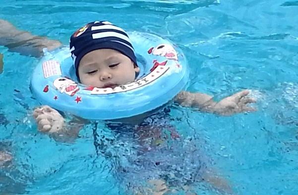 Có nên sử dụng phao cổ cho bé tập bơi hay không